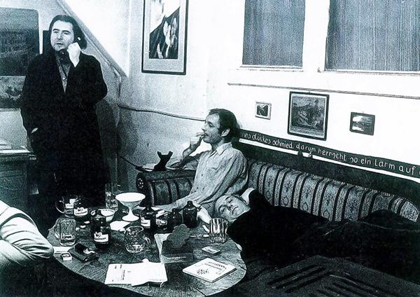 Gerhard Rühm telefoniet, Günter Brus sitzt